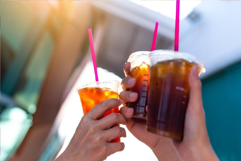 Em2021 entrará em vigor a lei municipal que proíbe plásticosdescartáveiscomo copos, facas, garfos, pratos e mexedores de bebida. A Nutrisafety te auxilia